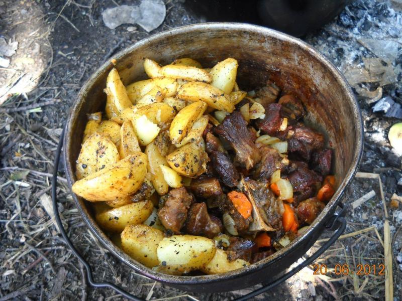 Блюда в казане на костре
